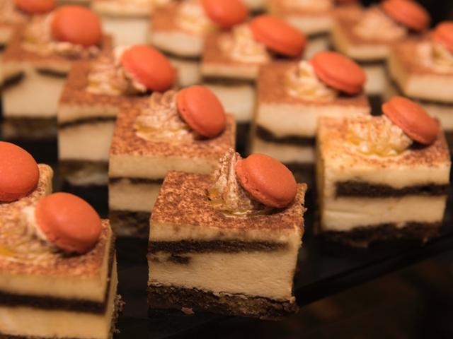 Kleine Kuchen dekoriert mit Macarons
