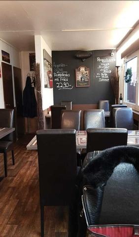 Ein Restaurant mit Stühlen und Tischen